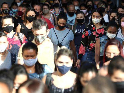 Una multitud camina por una estación de tren São Paulo, la ciudad más afectada por la pandemia de coronavirus en Brasil, en enero de este año.
