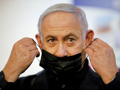 El primer ministro israelí, Benjamín Netanyahu, tras ser vacunado contra la covid en un centro médico de Ramat Gan, el 19 de diciembre.