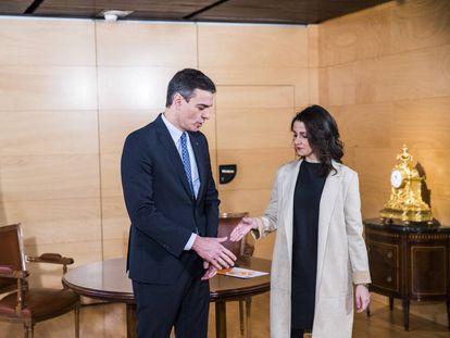 Pedro Sánchez saluda a Inés Arrimadas en una sala del Congreso de los Diputados, el pasado diciembre.