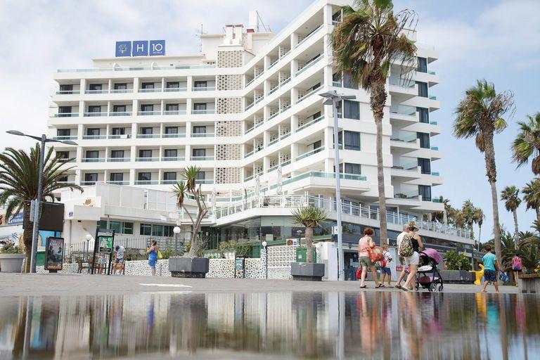 Varios grupos de turistas pasean por delante de un hotel en Puerto de La Cruz, Tenerife, este lunes.