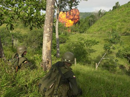 Un laboratorio de cocaína arde durante una operación policial en la región del Magdaleno Medio, en Antioquia, a finales de 2020.