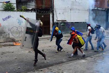Manifestantes opositores al gobierno durante enfrentamientos con la policía.