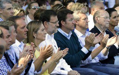 Rajoy, flanqueado por Ana Pastor y Alberto Núñez Feijóo, este sábado.