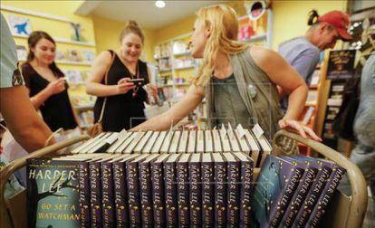 Compradores recogen ejemplares a la venta de la nueva novela de Harper Lee 'Ve y pon un centinela' en la librería Little Shop of Stories en Decatur (Georgia).
