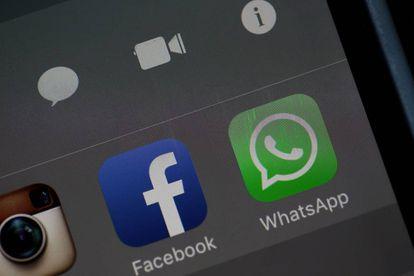 Una imagen de las aplicaciones WhatsApp y Facebook en la pantalla de un móvil.
