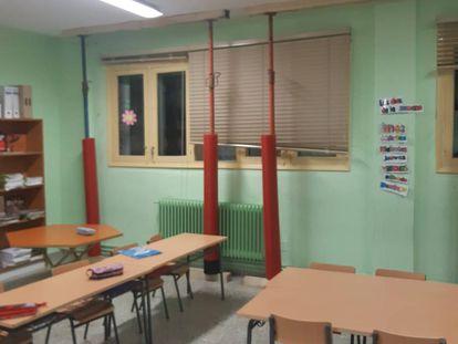 Una de las aulas apuntaladas del colegio de Sarria en una imagen cedida.
