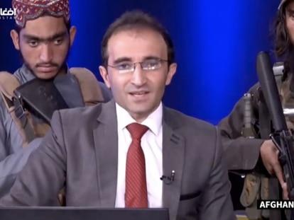 Mirwais Haidari Hadqoost, rodeado de talibanes durante la retransmisión.