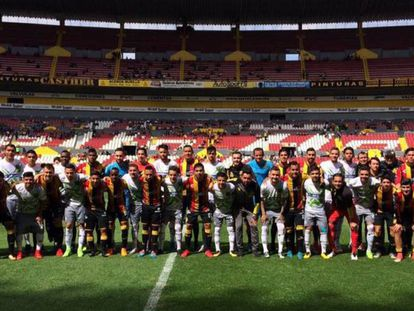 Los jugadores de Leones Negros y Juárez durante una protesta.