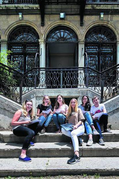 Becadas extranjeras ante la Facultad de Traducción de la Universidad de Granada.