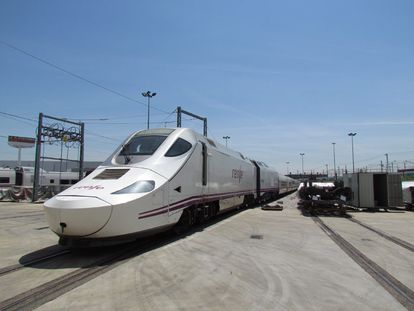Un tren AVE 750 de Renfe en los talleres.