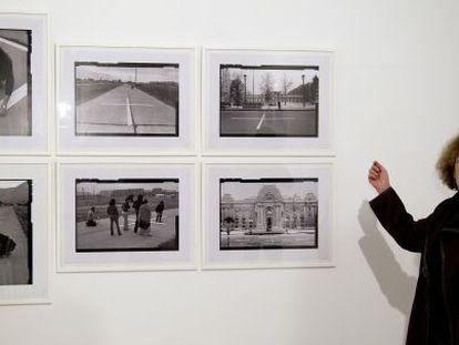 Lotty Rosenfeld, en Sevilla, con fotografías de una instalación de 1979.