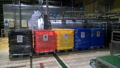 Varios contenedores para separar residuos en una de las fábricas de conservas del Grupo Calvo en España