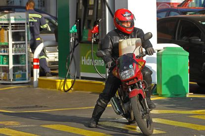 Un motorista lleva una garrafa de gasolina en a Ciudad de México.