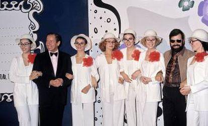 Arriba, Chicho Ibáñez Serrador en 1966, durante un rodaje de su serie 'Historias para no dormir'. Debajo (segundo por la derecha), en 1976, con Kiko Ledgard y las azafatas de 'Un, dos, tres'.