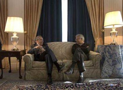 Alfonso Guerra y Felipe González conversan en el Palace el día 22.