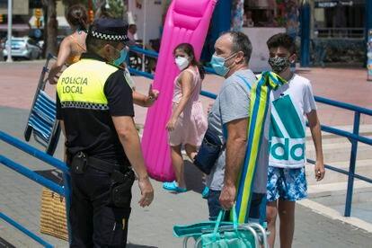 Agentes de la Policía Local de Málaga vigilan el uso de mascarillas.