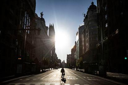 Una persona cruza la Gran Vía de Madrid, durante el confinamiento por el coronavirus, el 5 de abril de 2020.