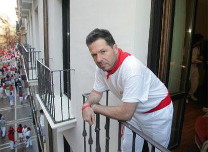 John Hemingway asomado al balcón del Hotel La Perla donde solía alojarse su abuelo.