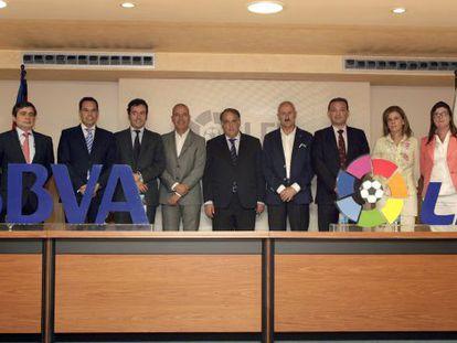 Javier Tebas. junto a los presidentes de los clubes ascendidos