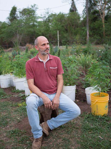 Juan Carlos Cabezudo, empresario y abogado. Produce cannabis para regalar a personas que lo necesitan, en su granja cerca de Asunción, Paraguay.