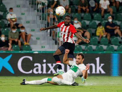 Iñaki Williams remata defendido por Gonzalo Verdú,  durante el Elche-Athletic de LaLiga disputado este lunes en el estadio Martínez Valero. EFE / Manuel Lorenzo