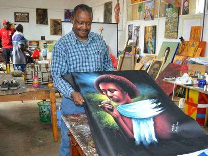 Un beneficiario del proyecto 'Artist for refugees' muestra su obra.