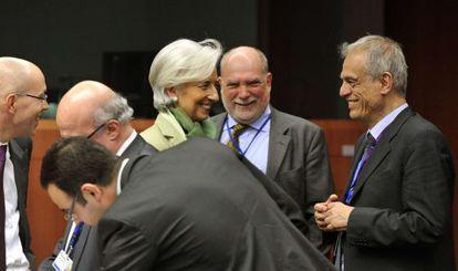 Lagarde (FMI) saluda al ministro chipriota, Sarris, en el Eurogrupo.