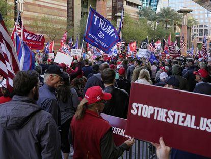 Seguidores de Trump protestan en Phoenix (Arizona).