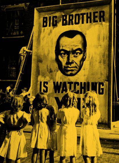 """Cartel promocional de la película 1984 con el mensaje """"El Gran Hermano te vigila"""" (1956)."""
