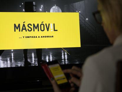 Una usuaria de telefonía comprueba las tarifas de MásMovil en Madrid.
