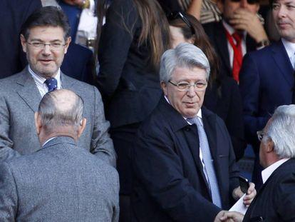 El exministro de Justicia Rafael Catalá (izquierda), con el presidente del Atlético de Madrid, Enrique Cerezo, en el palco del Vicente Calderón.