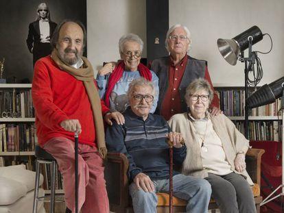 De izquierda a derecha, en primera fila, Leopoldo Pomés, Ramón Masats y Joana Biarnés; detrás, Colita y Carlos Pérez Siquier. CHEMA CONESA