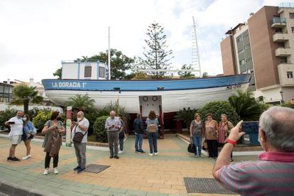 Varias personas visitan la reproducción de la barca de Chanquete en la localidad de Nerja (Málaga).