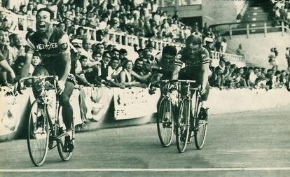 Barry Hoban se impone en la llegada de Burdeos, durante el Tour de 1969.