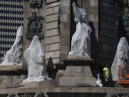 Un operario con cuatro de las estatuas protegidas