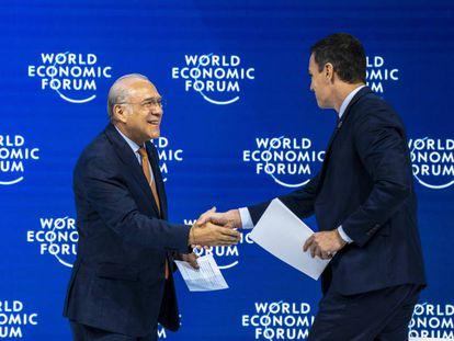 Sánchez saluda al secretario general de la OCDE, Ángel Gurría, en una imagen de archivo.