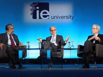 De izquierda a derecha, Raja Mohan, Javier Moreno y Antonio Garrigues, en el Hay Festival.