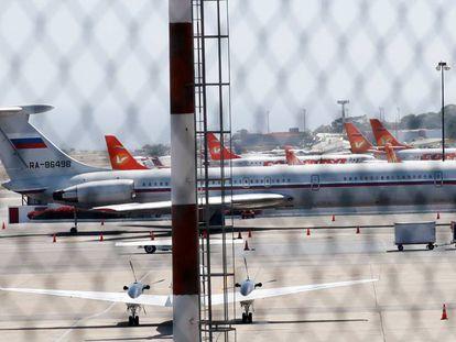 Un avión con la bandera rusa, en el aeropuerto de Caracas.