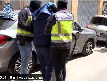 La policía traslada a los detenidos en Almería durante la operación antiterrorista.