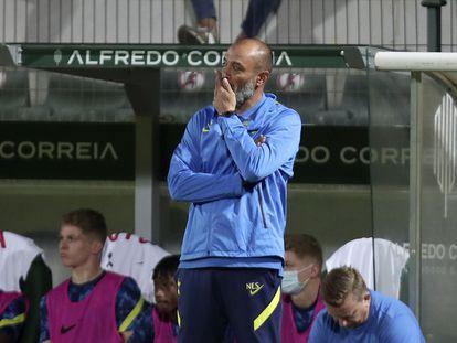 El entrenador del Tottenham, el portugués Nuno Espirito Santo, durante el partido de ida de los 'play-off' de la  Conference League en el que su equipo perdió a domicilio ante el Paços Ferreira. (AP Photo/Luis Vieira)