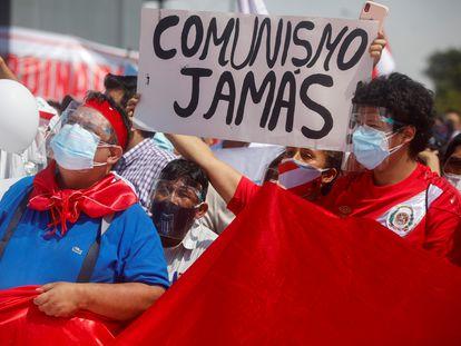 Participantes en el acto organizado este sábado en Lima por Rafael López Aliaga contra Pedro Castillo.