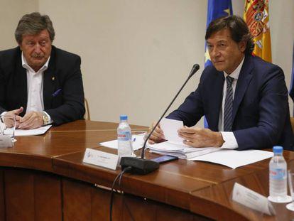 Juan Luis Larrea, izquierda, y José Ramón Lete durante la reunión mantenida en el CSD con los presidentes de las territorales.