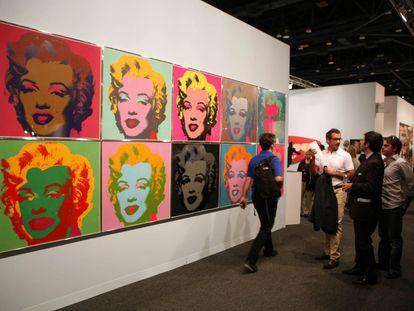 Serie de 10 grabados de Marilyn Monroe, obra de Andy Warhol, en uno de los pabellones de la feria Art Bassel Miami Beach, en Miami (Estados Unidos) en 2006.