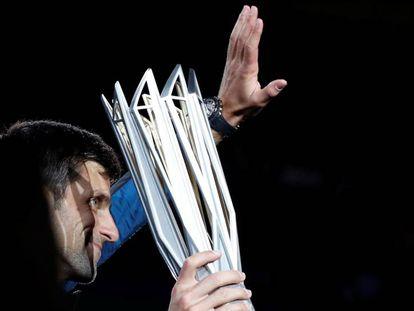 Djokovic exhibe el trofeo de campeón en Shanghái.