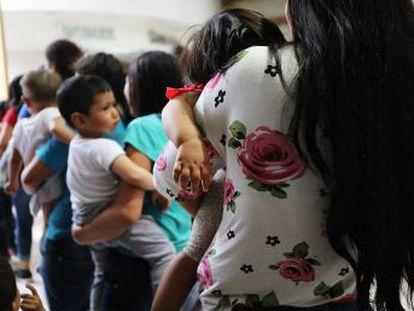 La política de  tolerancia cero  de la Casa Blanca lleva el caos al complejo sistema que gestiona la inmigración irregular y por el camino deja a 1.800 niños huérfanos