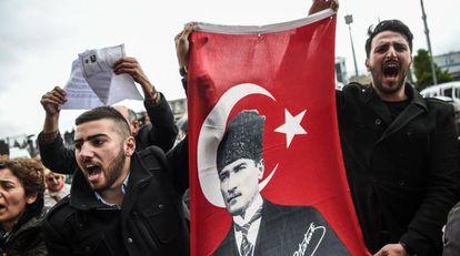 Miembros del Partido Republicano del Pueblo enseñan una bandera con el rostro de Ataturk durante una protesta contra los resultados del referéndum este martes en Estambul.