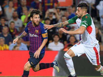 """Messi controla el balón ante Maripan, durante el Barça-Alavés. En vídeo: Abelardo y Valverde alaban a Messi: """"Es una bendición verlo""""."""