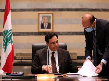 Hamad Hasan habla a Hasan Diab, durante un encuentro del consejo de ministros, este lunes en Beirut.