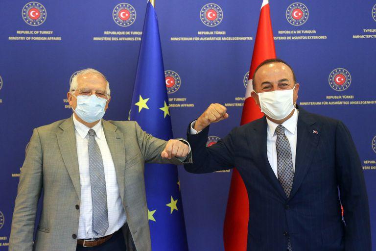 El jefe de la diplomacia de la UE, Josep Borrell, choca el codo con el ministro de Exteriores turco, Mevlüt Çavusoglu, antes de su reunión en Ankara este lunes.