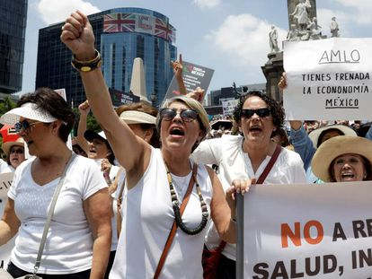 Protesta contra los recortes en salud, en Ciudad de México.